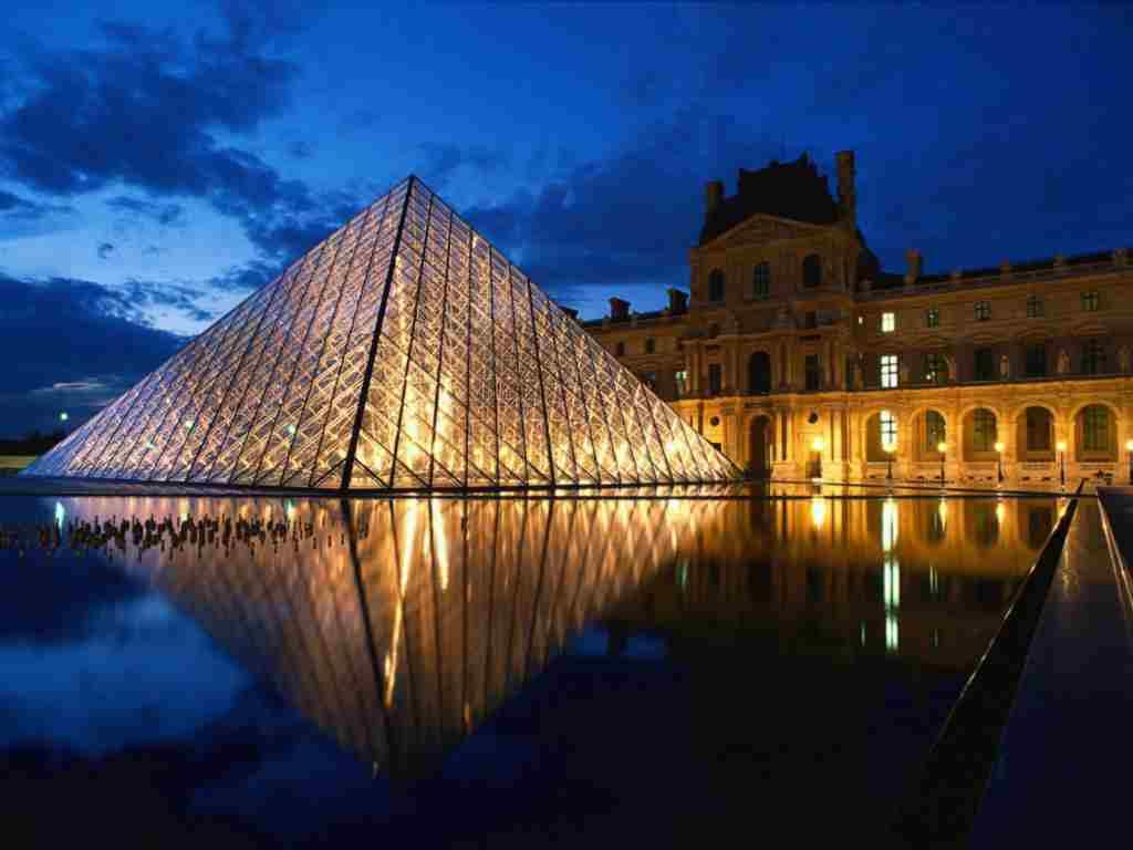 Paris, Piramida de la Luvru